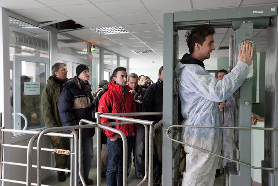 Во второй половине экскурсии в зону отчуждения страх подвергнуться облучению уступает место азарту. Туристы проверяют уровень радиационной зараженности на входе в столовую для работников АЭС.