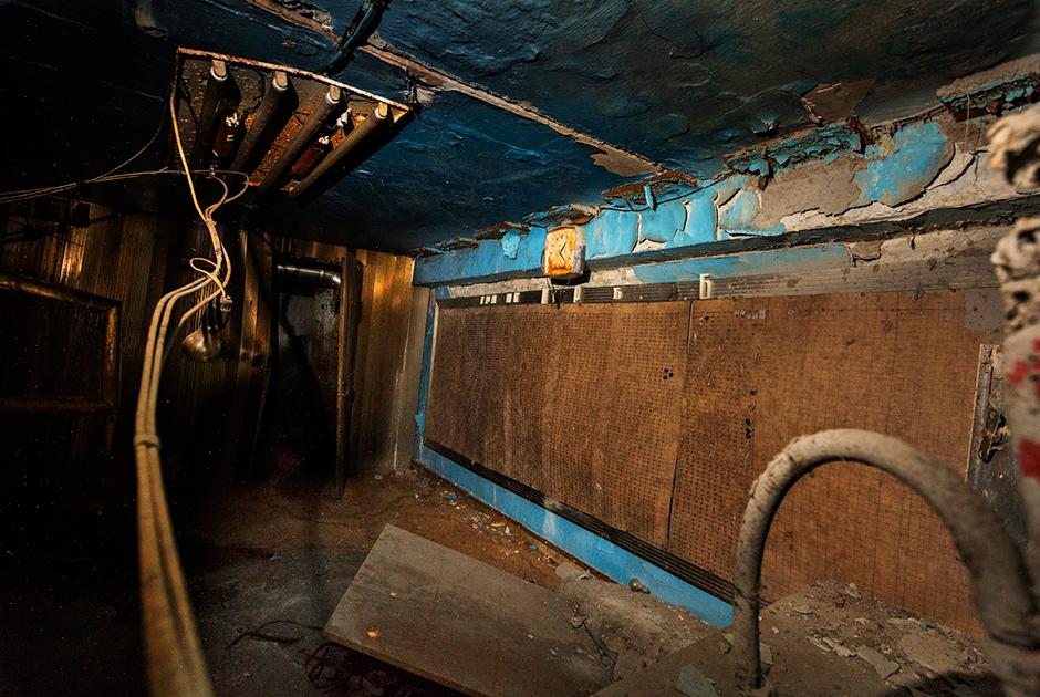 26 апреля в 1:23:58 серия взрывов уничтожила реактор в здании, где находился четвертый энергоблок. Их мощность буквально остановила время: ржавые часы в этом отсеке показывают время взрыва. Радиационный фон здесь настолько высок, что доступ сюда разрешен только на несколько секунд.