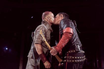 Члены Rammstein поцеловались во время концерта в Москве назло гомофобам Перейти в Мою Ленту
