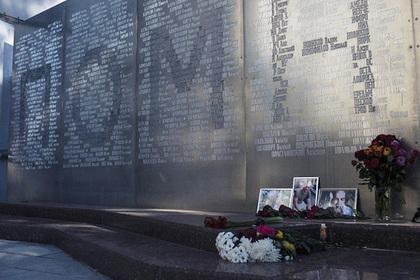 Цветы у Центрального дома журналистов в память о российских журналистах, погибших в Центральноафриканской республике