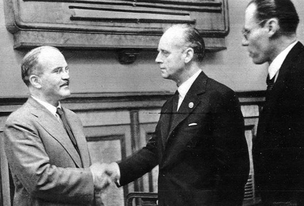 В. Молотов и И. Риббентроп после подписания советско-германского договора о дружбе и границе между СССР и Германией. Москва, 28 сентября 1939 года