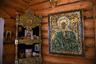 Икона-мозаика в местном храме, которую сделали сами осужденные. По словам сотрудников, среди воспитанников много верующих, но большинство обратились к  вере только после того, как лишились свободы. Батюшка навещает паству один раз в две недели.