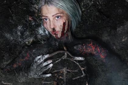 Молодая художница легла в кучу пепла ради спасения сибирских лесов
