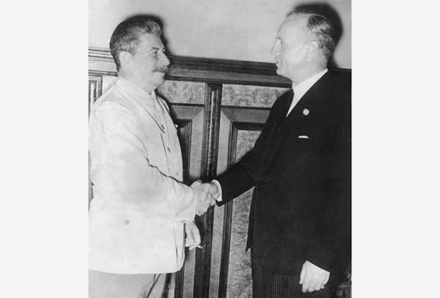 И. Сталин и И. Риббентроп в августе 1939 года в Кремле
