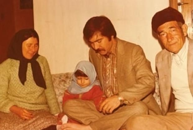 Маленькая Дина с отцом (в центре) и его родителями в Иране