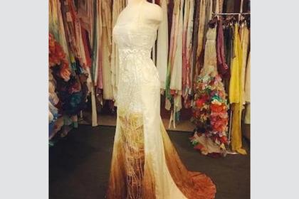 Странные пятна на платье невесты насмешили пользователей сети