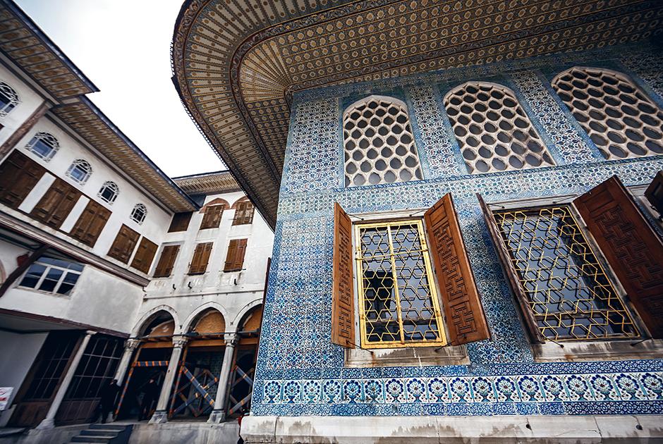 Коллекция расположенного во дворце Топкапы музея поражает воображение. На всеобщее обозрение выставлены 65 тысяч экспонатов, что составляет лишь десятую часть имеющегося в фондах музея