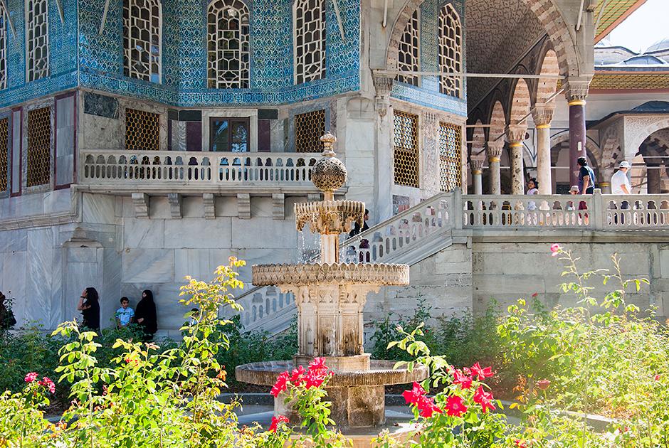 Дворцово-парковый ансамбль Топкапы включен в список всемирного наследия ЮНЕСКО в 1985 году. Для мусульман дворец важен, так как в нем хранятся святыни: меч и плащ пророка Мухаммеда