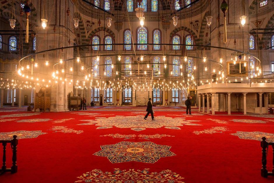 Мечеть Фатих была построена султаном на месте византийского храма 12 апостолов в 1470 году. Оригинальная мечеть была разрушена землетрясением 1766 года и восстановлена в 1771 году