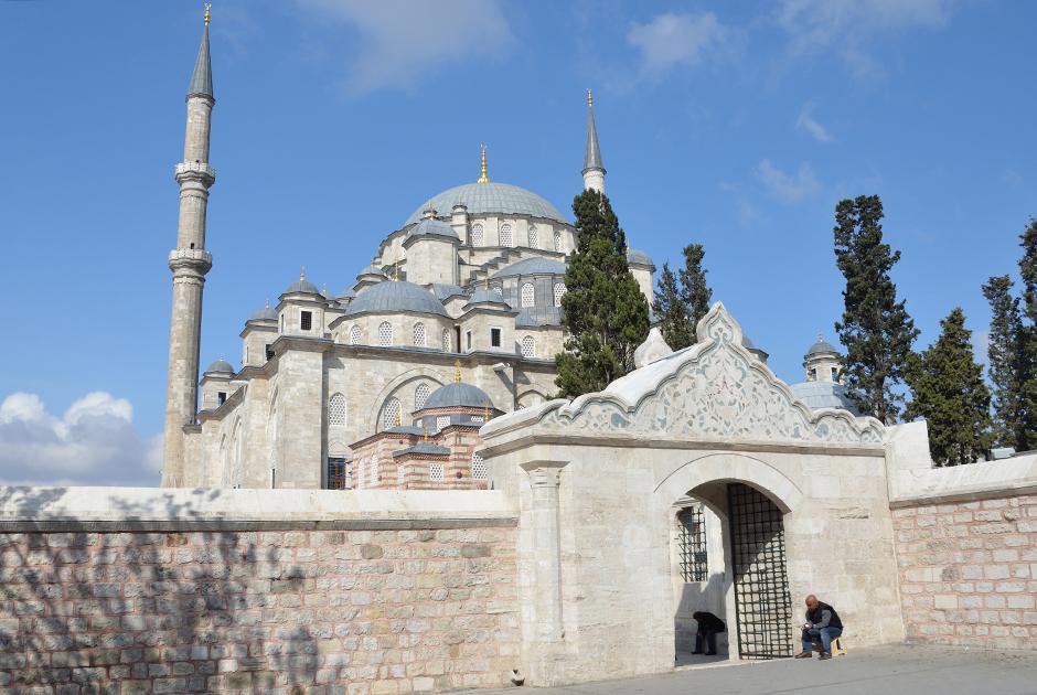 Мечеть Фатих стоит в европейской части Стамбула в одноименном районе. В ее дворе расположена могила Мехмеда II Завоевателя