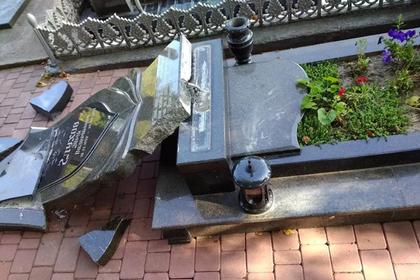 В уничтожении могил бойцов АТО на Украине нашли «руку Кремля»