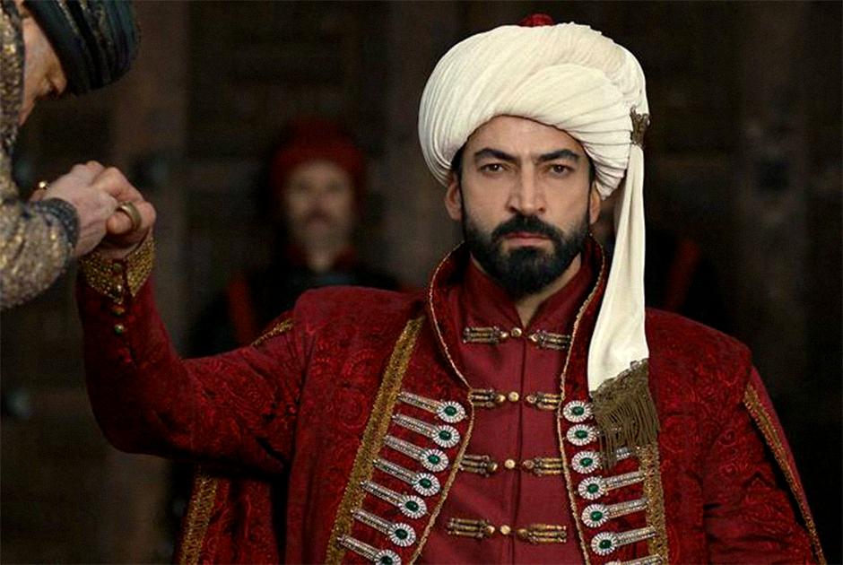 Великого султана сыграл турецкий актер Кенан Имирзалыоглу. Помимо съемок в сериалах он известен и своей работой в качестве модели. В 1997 году Кенана даже признали лучшей моделью страны