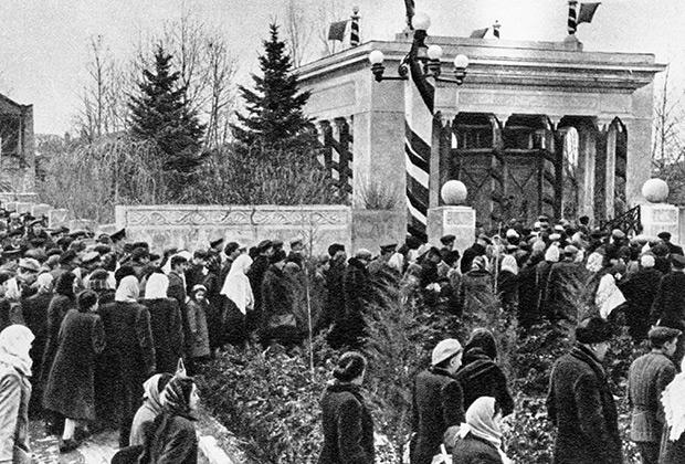 Жители Гори собрались на траурный митинг в день похорон Иосифа Сталина