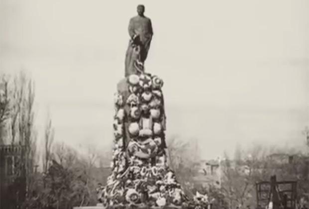 Памятник Сталину на реке Куре в Тбилиси