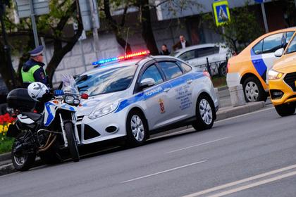 В центре Москвы такси столкнулось с полицейской машиной