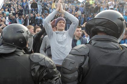 Фанаты «Зенита» подрались с полицией из-за курилки