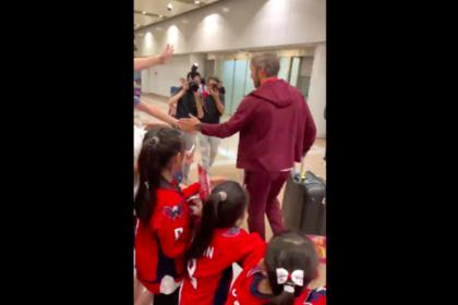 Толпа поклонников встретила Овечкина в Китае
