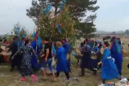 Шаманы с бубнами собрались ради спасения сибирских лесов
