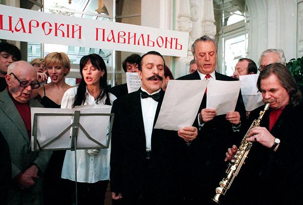 Певец Вилли Токарев выступает на торжественной церемонии награждения призами участниц всесоюзного конкурса красоты.