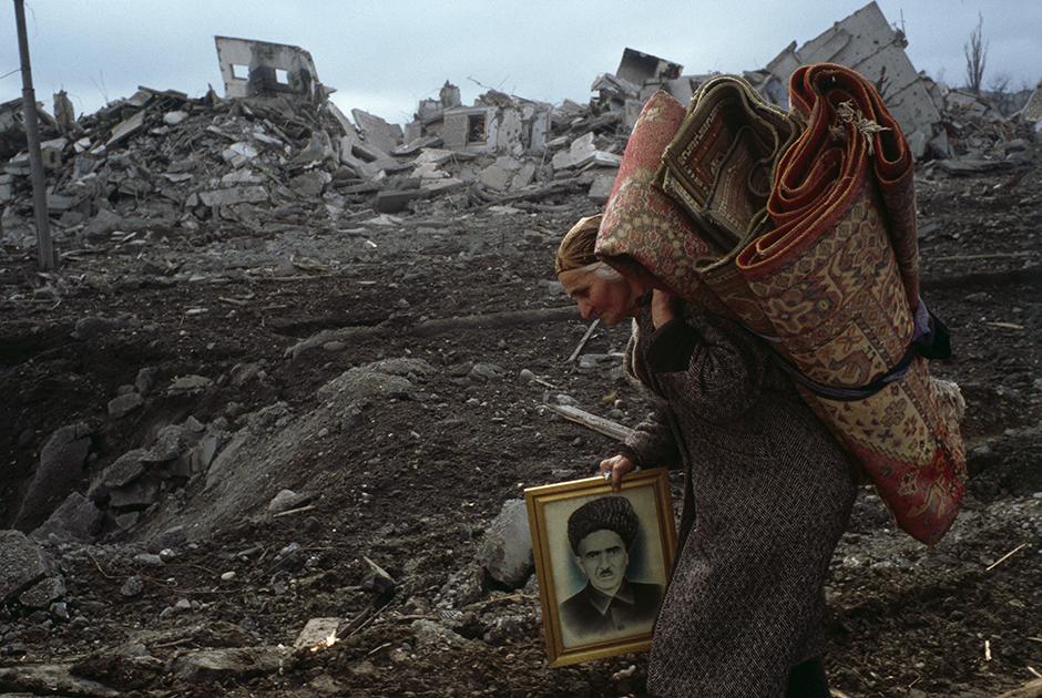 В начале декабря 1999 года авиация сбрасывает на Грозный листовки с требованием к населению города выходить до 11 декабря по коридору безопасности. После этой даты все оставшиеся в Грозном будут автоматически считаться боевиками и подлежать уничтожению.
