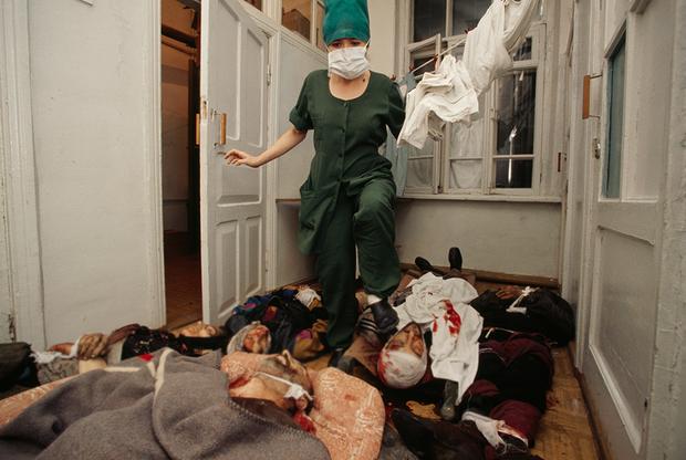21 октября 1999 года на центральном рынке Грозного прогремели мощные взрывы. Их жертвами стали до 150 человек. По версии и результатам проверок с российской стороны, взорвался склад с оружием, принадлежавший боевикам. По словам очевидцев и правозащитников, это был ракетный обстрел со стороны федеральных войск.