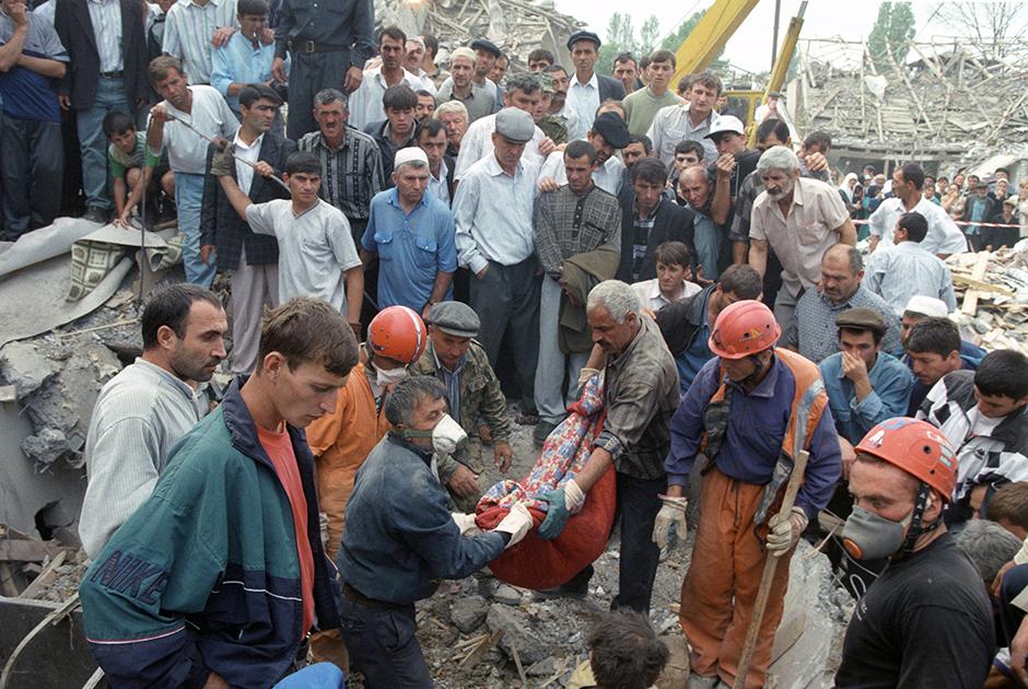 В то же время, в сентябре 1999 года, в Москве, Волгодонске и Буйнакске были совершены теракты — взрывы жилых домов. Всего в них погиб 291 человек. Тем временем Басаев и Хаттаб вновь вошли в Дагестан для того, чтобы оказать поддержку исламистскому анклаву, находившемуся в Кадарской зоне.