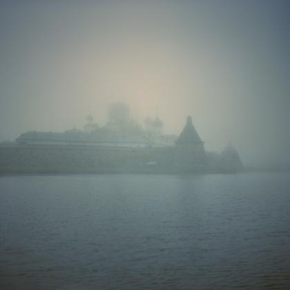По словам испанских фотографов, исследуя Соловецкий остров, они обнаружили пространство, застывшее между адом и раем.