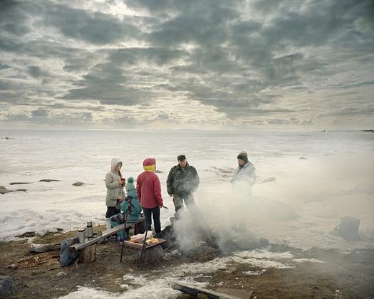 Кастро Прието и Трапьелло призывают воспринимать свой проект через призму поэтического, а не документального нарратива — и попытаться почувствовать подспудное напряжение между красотой местных пейзажей и ужасом их прошлого.