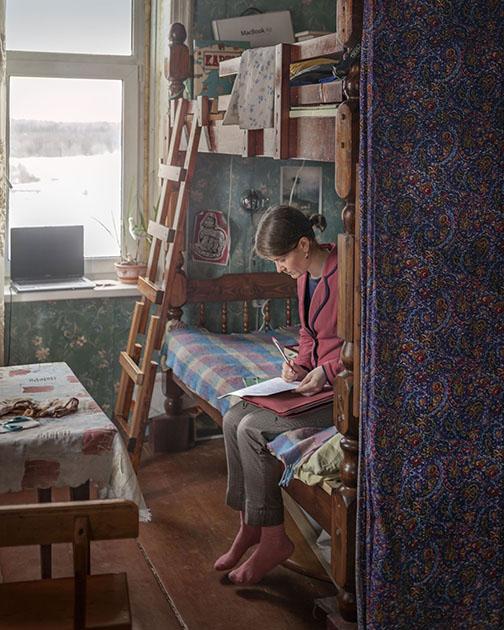 Даша Морозова преподает в местной школе литературу и историю — на этом фото она проверяет работы своих учеников.