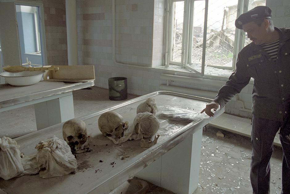 124 лаборатория по идентификации и опознанию личностей, погибших в военных конфликтах, была основана в 1945 году, но получила известность именно во время чеченских войн. Благодаря работе ее специалистов были опознаны останки 78,1 процента погибших в первой чеченской войне и 98,6 процента — во второй. Она была ликвидирована в феврале 2002 года.