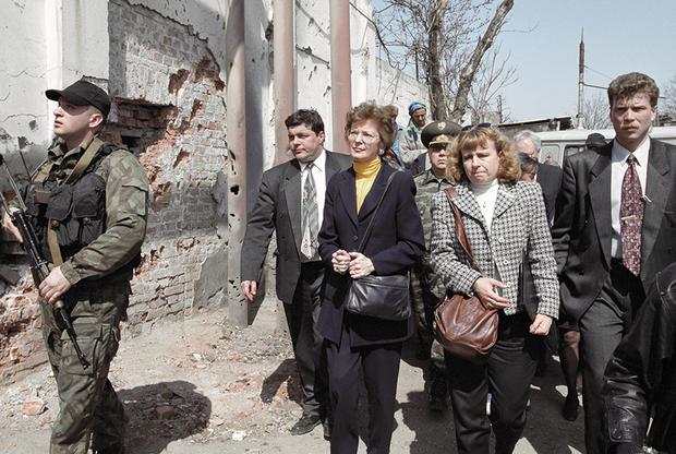 В апреле 2000 года в Чечню прибывает верховный комиссар ООН по правам человека Мэри Робинсон. По итогам поездки она заявляет о «непропорциональном» использовании российскими военными тяжелой артиллерии и «многочисленных нарушениях прав человека» со стороны федеральных сил. Она говорит, что травмирована увиденным.