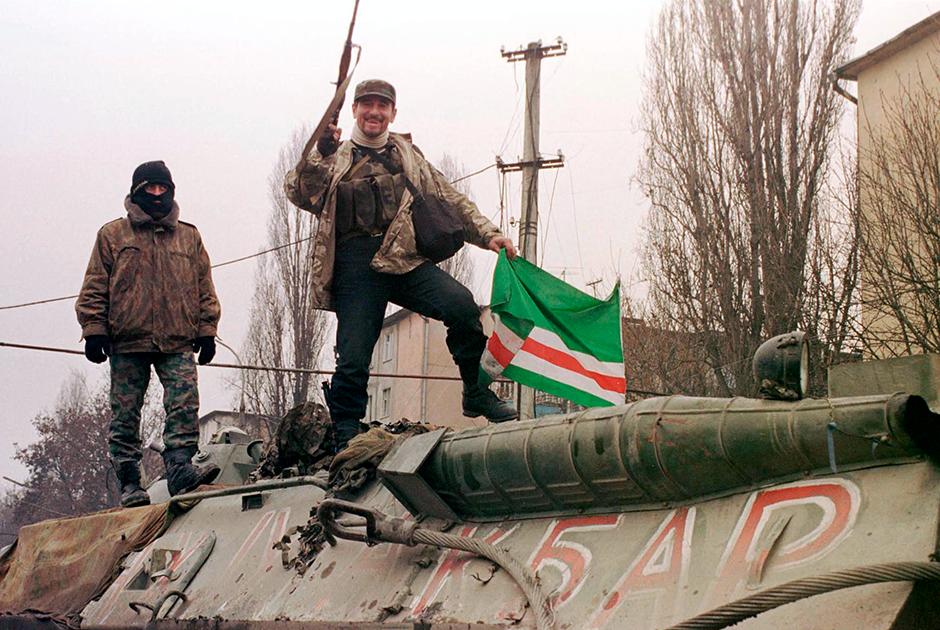 С начала авианалетов на территорию Чечни Аслан Масхадов объявил о всеобщей мобилизации в ЧРИ, а позднее объявил России газават — священную войну. Несмотря на это, российская армия быстро продвигалась вглубь республики при поддержке авиации. Регулярные бомбардировки населенных пунктов, в которых находились боевики, приводили также и к массовым жертвам среди мирного населения. К декабрю федеральные войска заняли всю равнинную территорию Чечни, и боевики остались только в горных районах и столице республики — Грозном.