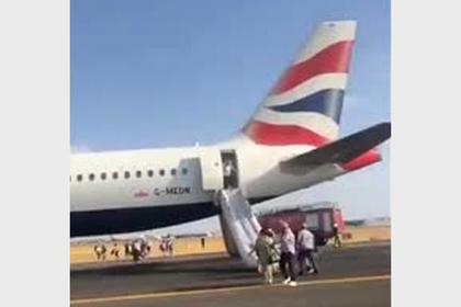 Задымление в салоне самолета вынудило пассажиров в панике покинуть авиалайнер
