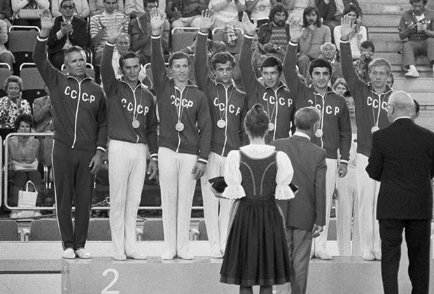 Германия. Мюнхен. XX Олимпийские игры. Советские гимнасты на пьедестале почета. Виктор Чукарин (слева)