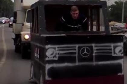 Россиянин смастерил Gelandewagen из картона и прокатился в нем по городу