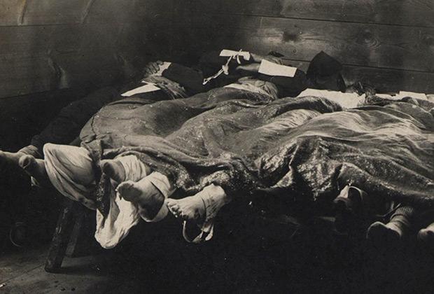 Трупы жертв погрома в городском морге Томска. Октябрь 1905 года