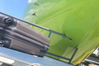 Сотрудник аэропорта врезался в российский самолет на багажной тележке