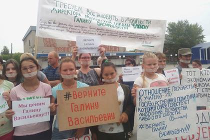 Российские школьники решили помочь директору и заклеили себе рты