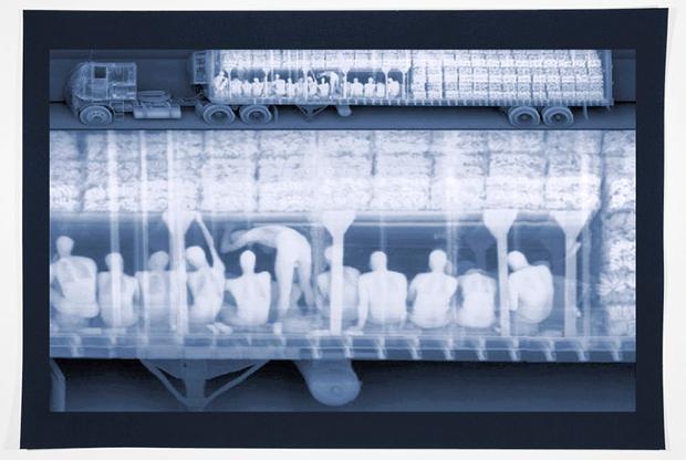 Выполненная на акварельной бумаге фотография с использованием рентгеновского излучения. На снимке — нелегалы, которые пытаются пересечь границу между Мексикой и США. Ситуация с беженцами, желающими попасть в Северную Америку, стала одной из самых обсуждаемых проблем в США за последние годы. Выбор темы и исполнение принесли американскому фотографу первое место среди авторов серий снимков.