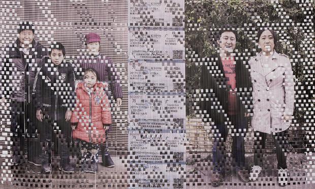 Китайские селяне, разрывающиеся между деревней и городом. На снимке семья, разделенная множеством километров. Дети ходят в местную сельскую школу, а родители ездят в мегаполис Гуанчжоу на заработки. Из-за огромного расстояния до места работы дети видят родителей не чаще 10 дней в году, в основном на Китайский Новый год. Для проекта придумано специальное название — «Сельскография».