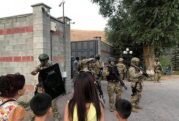 Спецназ  у дома экс-президента Атамбаева