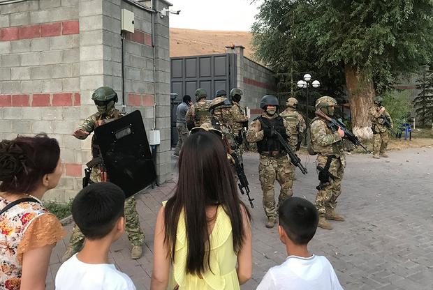 Спецназ готовится к штурму резиденции селе Кой-Таш под Бишкеком
