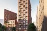 Вот такой дом под названием S5 предложила построить в историческом лондонском районе Кингс-Кросс архитектор Элисон Брукс (бюро Alison Brooks Architects). Разноэтажное здание с просторным по меркам британской столицы двором она придумала еще в 2016-м, но в Лондоне, как известно, сложно получить разрешение на строительство. Всего в доме 158 квартир, максимальная этажность комплекса — 15 этажей — вероятно, чтобы не нарушать сложившуюся городскую среду.<br><br>Мэр Лондона Садик Хан, кстати, в минувшем июле отверг проект строительства 305-метровой башни в форме тюльпана на территории города, около знаменитого 40-этажного здания-«огурца», спроектированного известным архитектором Норманом Фостером. «Тюльпан» тоже придумало возглавляемое им бюро Foster + Partners, но ему не суждено быть возведенным.