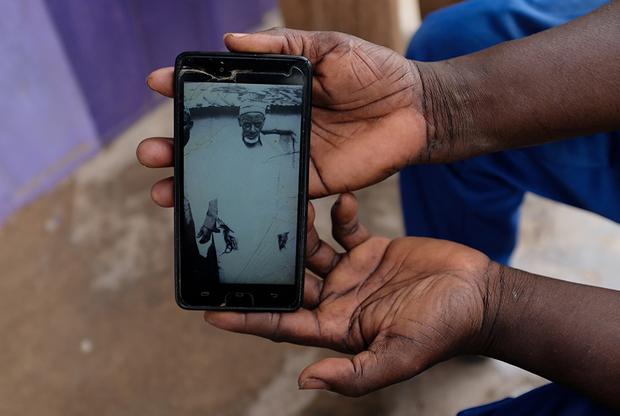 50-летний Абдул Сумуд Шайбу живет в Обуаси, через который гнали рабов. «Мои предки были гигантами, — рассказывает мужчина, показывая фотографию своего дедушки на мобильном телефоне. — Они были хорошо сложены и сильны». Он отмечает, что его родственники сражались с работорговцами, но иногда проигрывали бой и попадали в неволю.