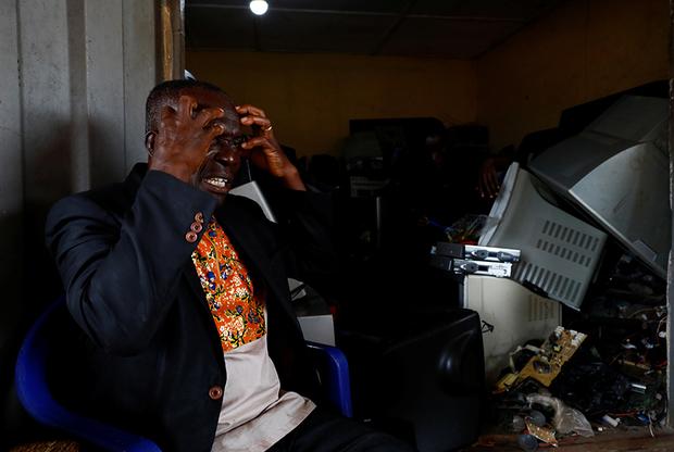 Кваку Агьи — пастор, старейшина в Обуаси. «Они пленили нас, потому что поняли, что мы очень сильны, — объясняет он молодежи причины работорговли. — Они отправили наших предков на сахарные плантации. Работорговля заставила нас понять, что белые люди жестоки».