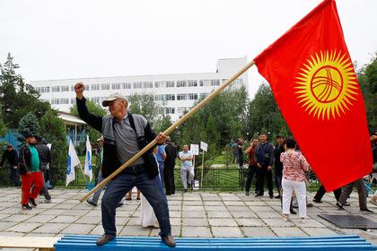 Парламент Киргизии призвал ввести в стране чрезвычайное положение photo