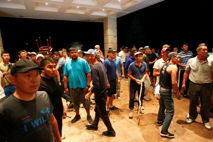 Сторонники Атамбаева объявили о бессрочном митинге