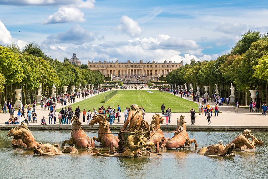 В отличие от фонтанов Петергофа, которые работают за счет разницы в высоте, в версальских фонтанах работают насосы. Фонтан Аполлона в саду Версальского дворца