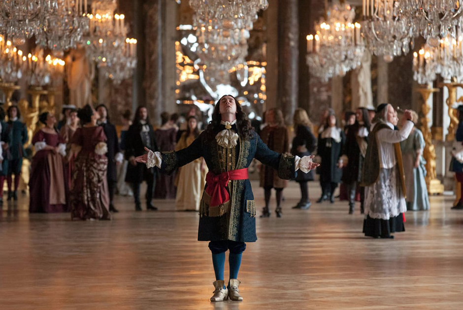 Несмотря на то что Версаль был не слишком удобным для жизни, он стал сосредоточением политической жизни королевства. Все ключевые решения принимались в его стенах