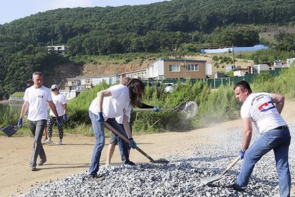 Россияне убрали мусор с пляжа бухты в Находке